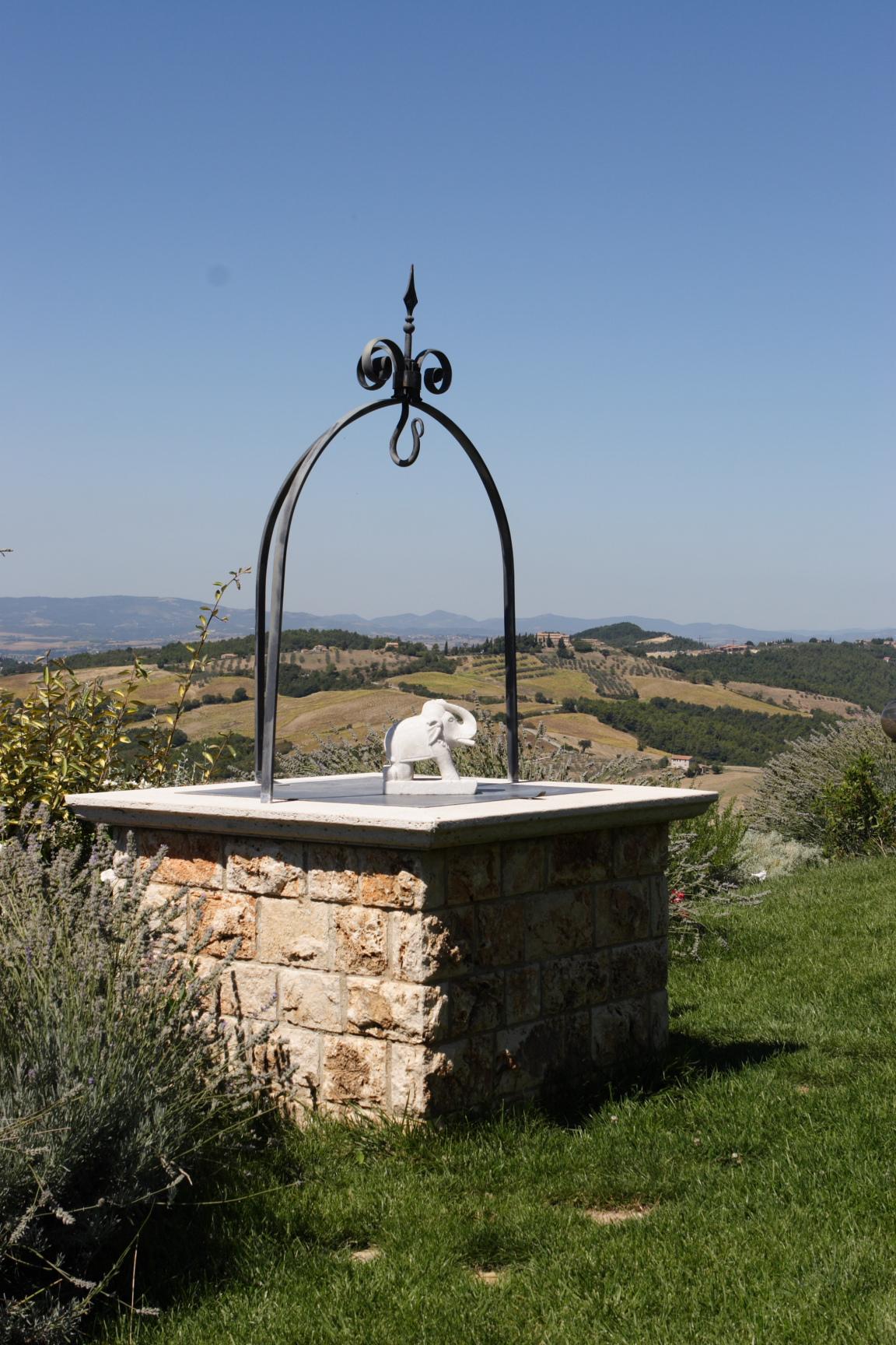 Pozzi da giardino in pietra quattro vasi da giardino in for Pozzi finti per giardino
